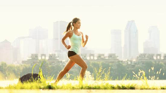 運動する女性とサプリ